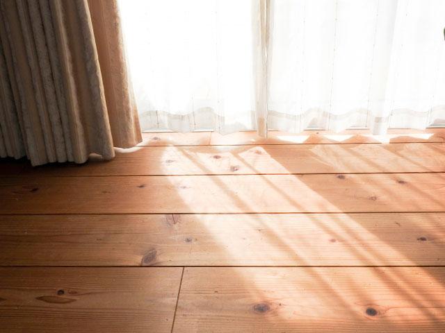 カーテンの隙間から光がもれてる